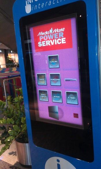 pantalla táctil en centro comercial